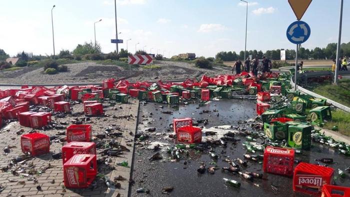 Сотни бутылок пива оказались на дороге в Польше