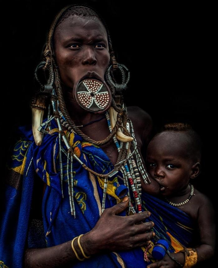 Женщины из эфиопского племени Мурси демонстрируют диски в нижней губе и удивительные прически
