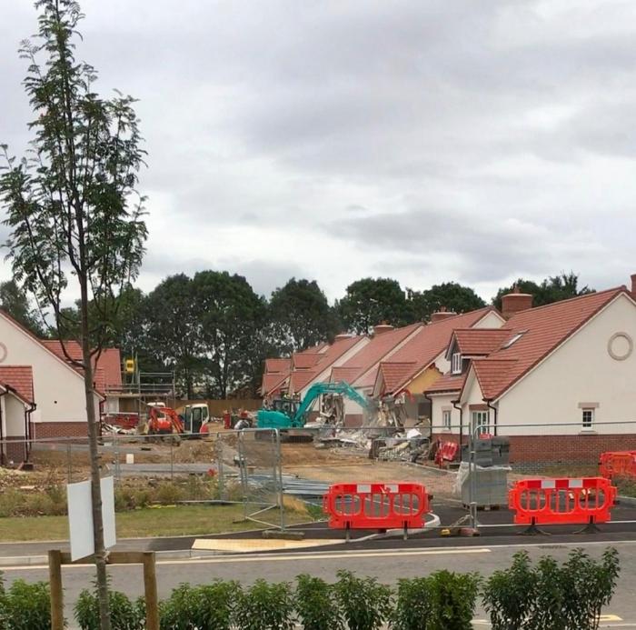 Строителю не заплатили за работу и он снес 5 новеньких коттеджей стоимостью 2,5 миллиона фунтов