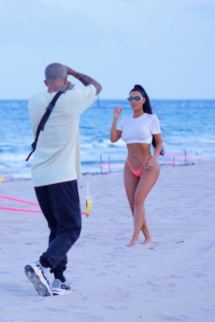 Ким Кардашян в стрингах на пляже