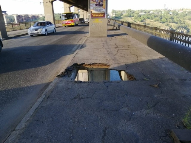 """Автобус оставил """"смертельную ловушку"""" для пешеходов на мосту"""