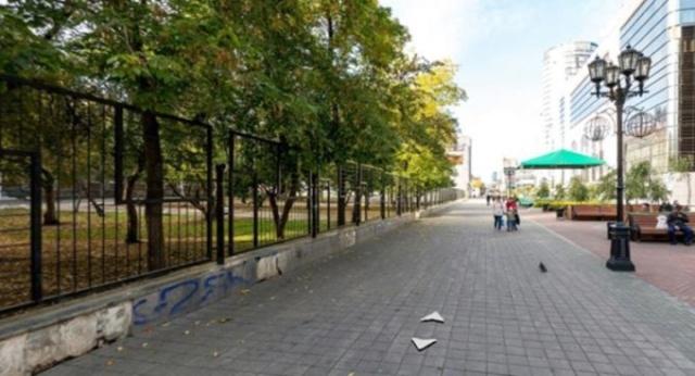 Вокруг школы в центре Екатеринбурге установили глухой забор