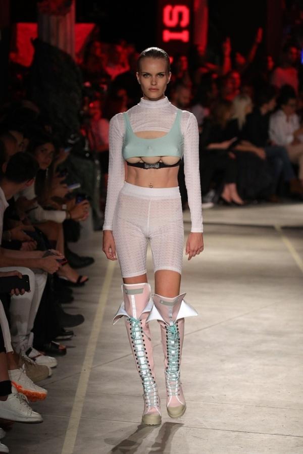 Неделя моды в Милане: тройная грудь теперь в тренде