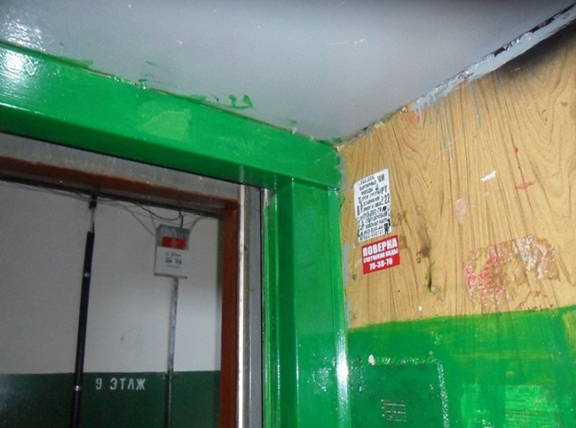 Сотрудники ЖКХ покрасили лифты в многоэтажке