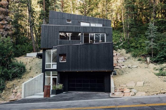 Деревянный дом на лесном склоне в США