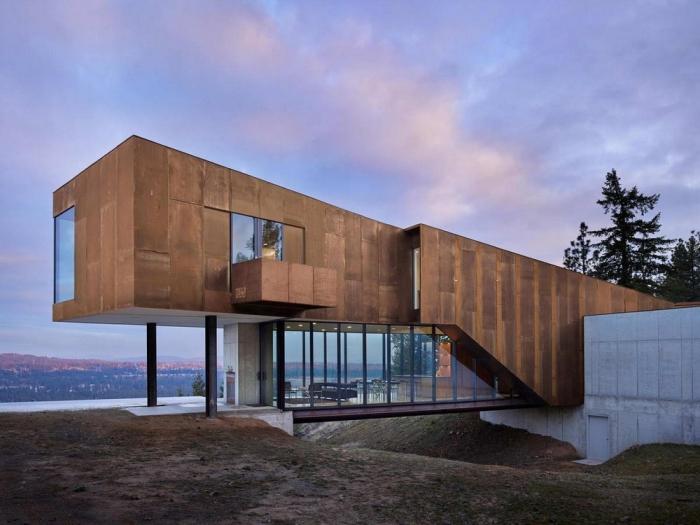 Дом на вершине лесистого холма в США