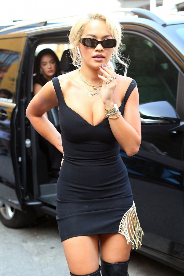 Рита Ора в коротеньком платье