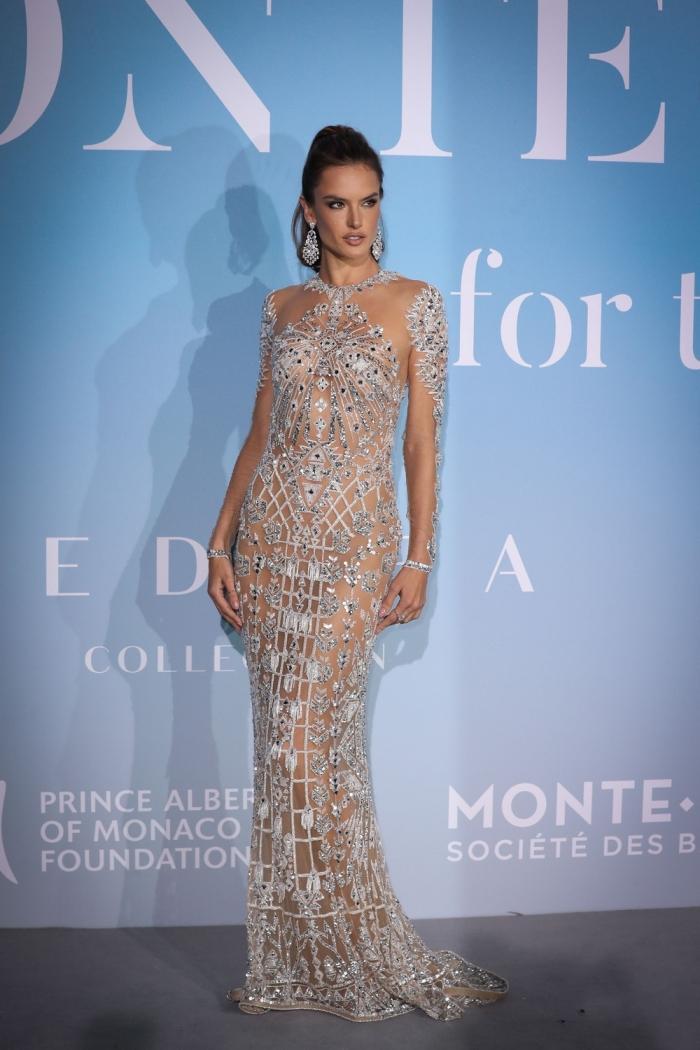 Алессандра Амбросио в сексуальном платье