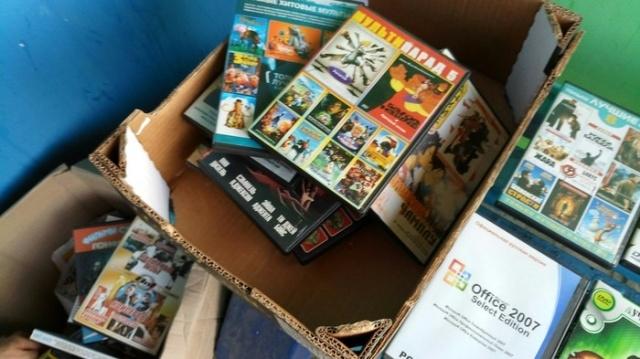 Выброшенные коробки с ценными вещами из прошлого