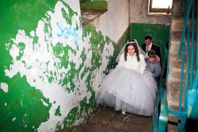Создание торжественной свадебной атмосферы в обшарпанных подъездах