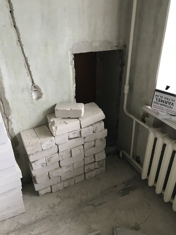 Странная дверь в стене обычной многоэтажки
