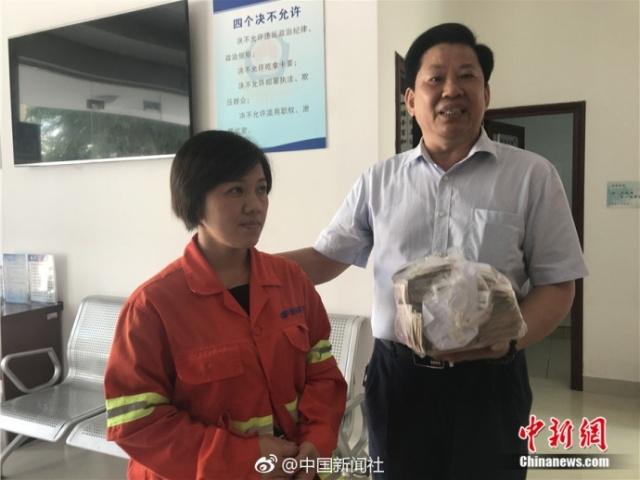 Уборщица нашла полный пакет денег, но вернула его владельцу