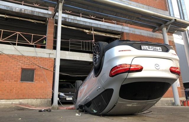 В Москве со второго этажа парковки упал Mercedes