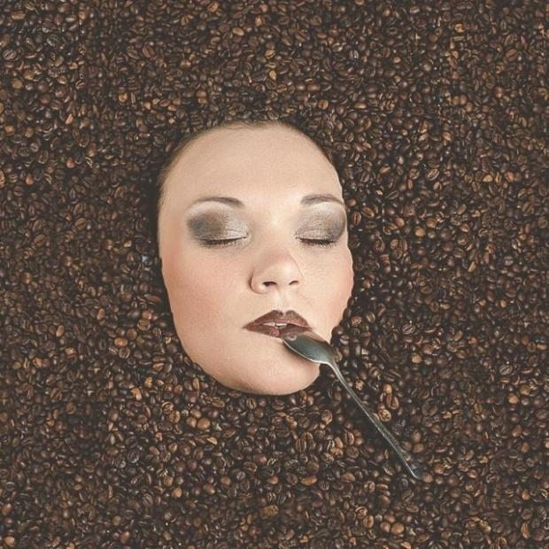 Обратная сторона фотографии с утопающей в кофейных зернах девушкой