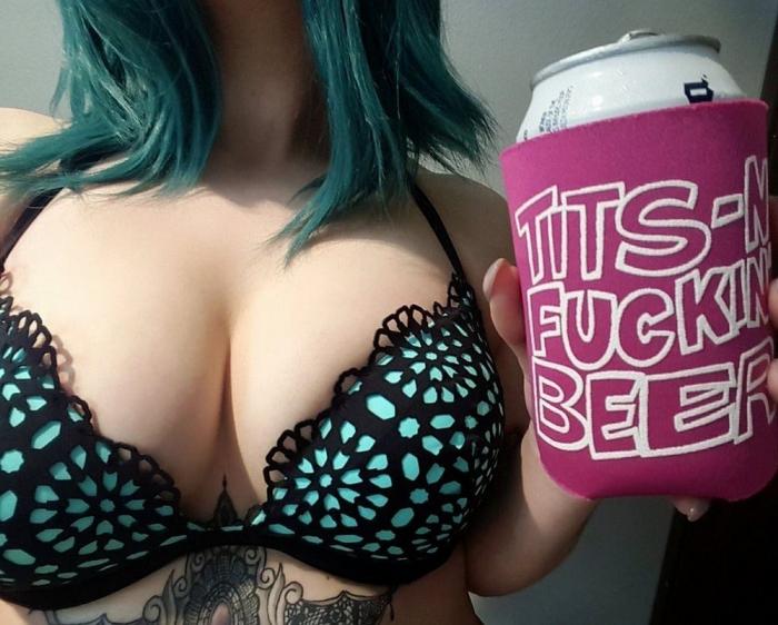 Две вещи, которые привлекают мужчин: сиськи и пиво