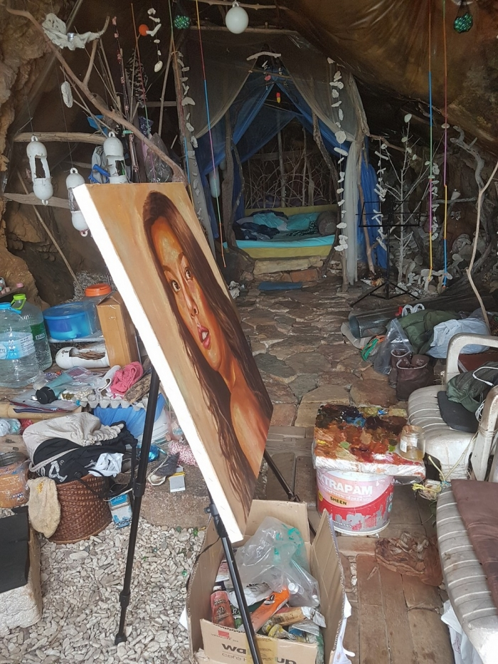 """""""Пещерный человек"""" из Таиланда заманил российскую туристку в свое жилище"""