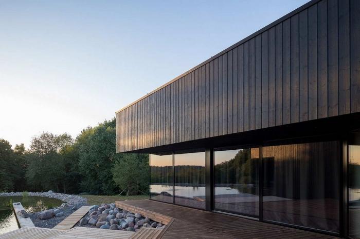 Черный дом с прудом в Литве