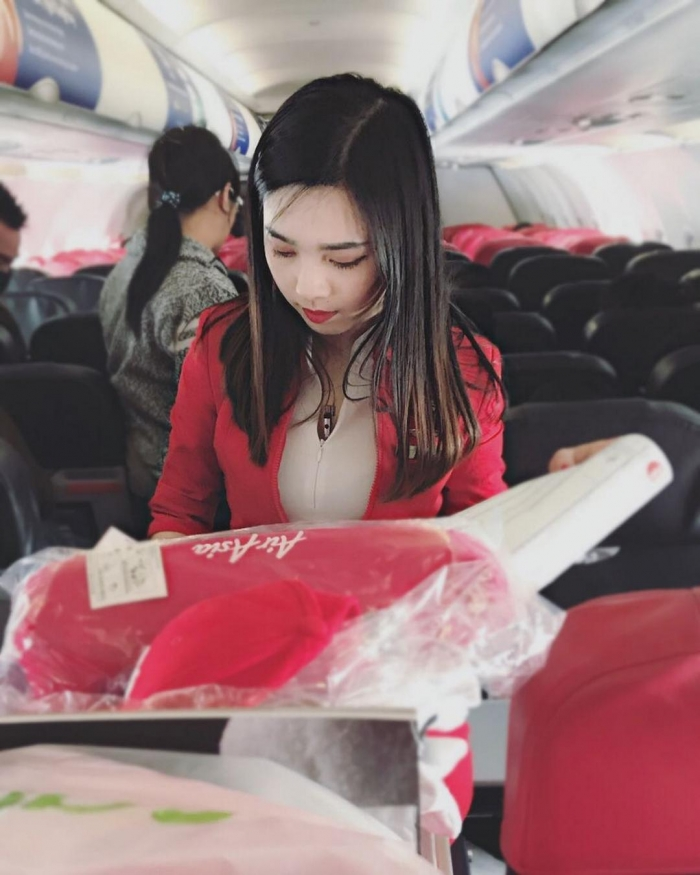 Китайская бортпроводница стала популярна в сети благодаря пассажиру