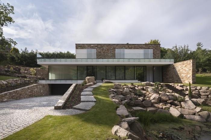 Каменный дом на склоне в Чехии