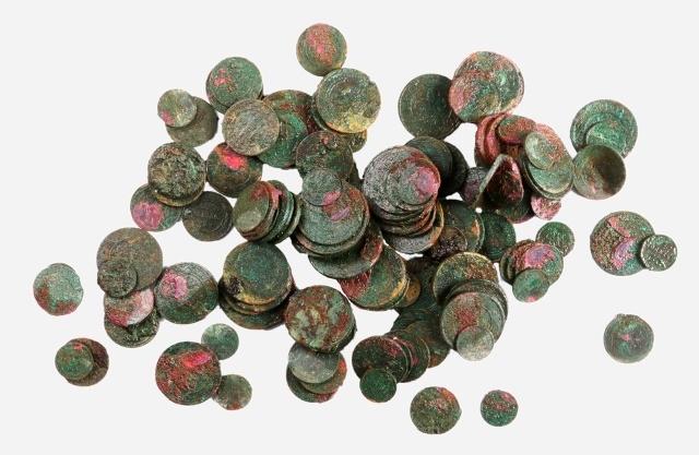 В центре Москвы обнаружили клад из 135 старинных монет
