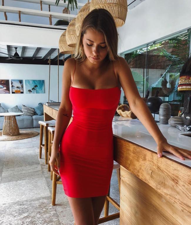 Сексуальные девушки в обтягивающих платьях
