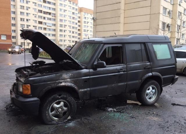 В культурной столице подожгли автомобиль за парковку посреди двора