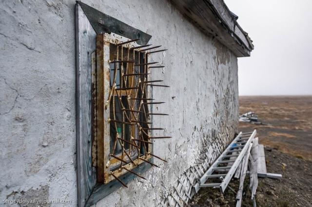 Для чего нужна такая надежная защита на окнах?