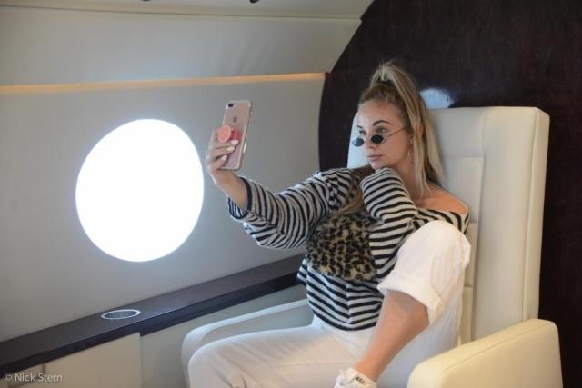 """Как делают """"солидные"""" фотографии на борту частного самолета"""