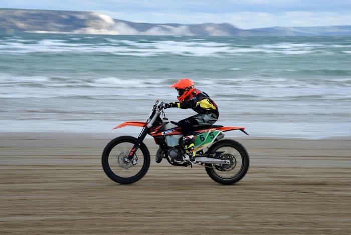 Море и песок: мотокросс на пляже Уэймута