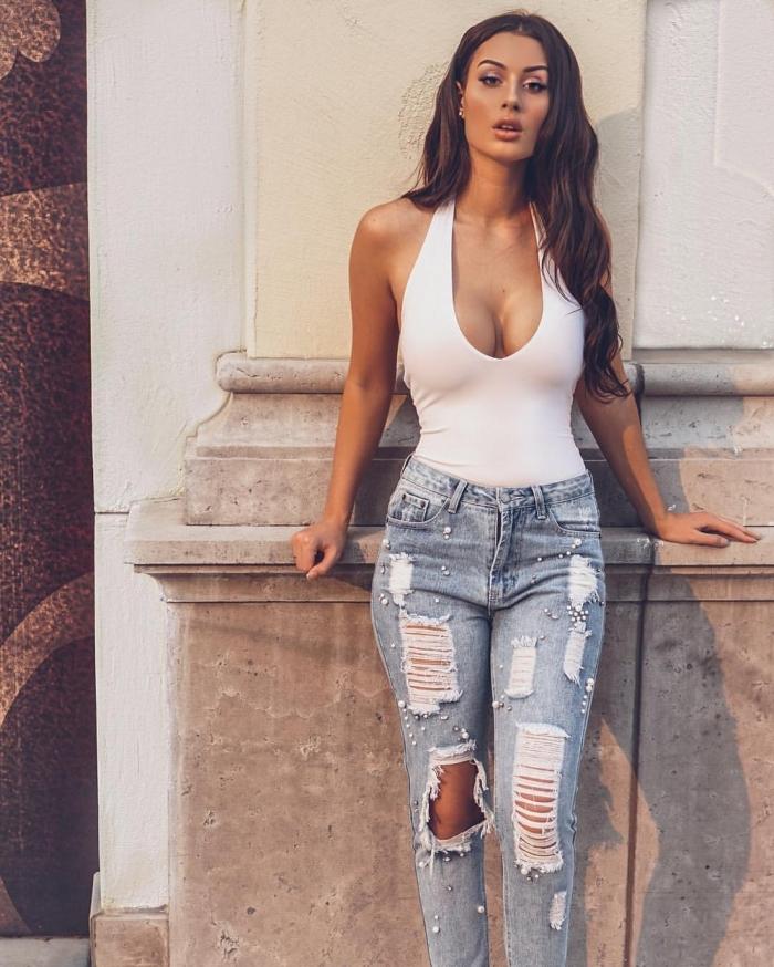Симпатичные девушки в обтягивающих джинсах