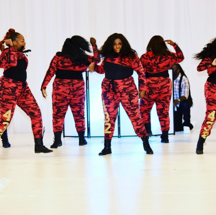 Коллектив танцовщиц-толстух
