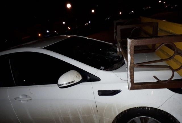 Выходишь утром во двор, а на капоте авто лежит лавочка