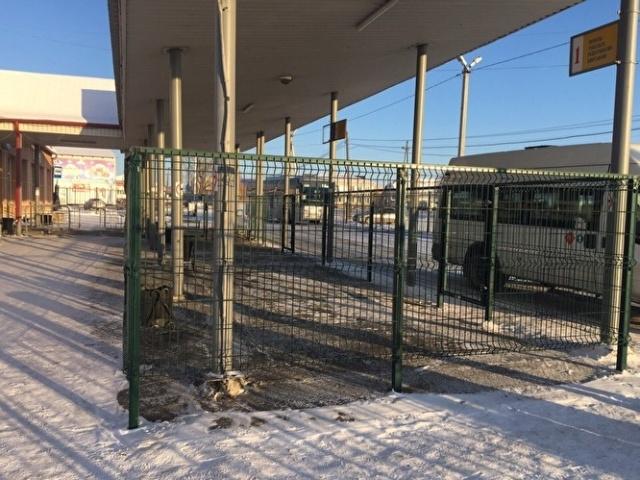 """В Тюменской области на автовокзалах установили """"клетки"""" для пассажиров"""