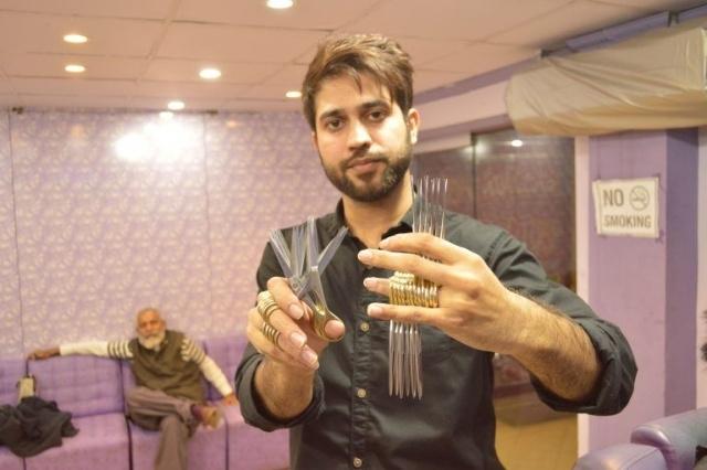 Эдвард Руки-ножницы в реальной жизни пакистанец стрижет посетителей 27 пара ...