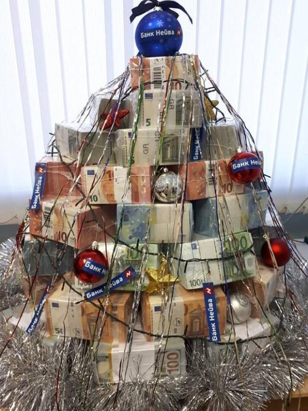 В Екатеринбурге сделали ёлку из пачек денег
