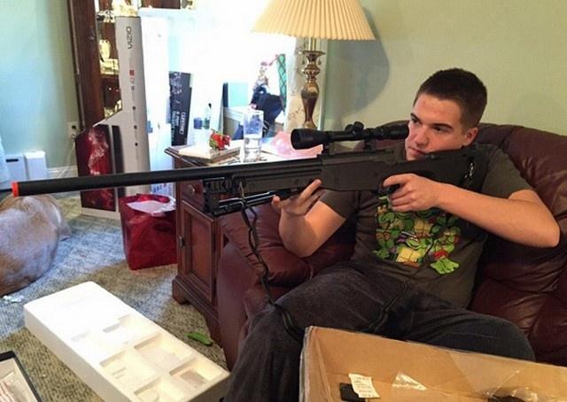 Американцы позируют с подаренным на Рождество оружием