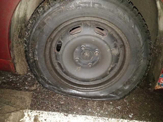 Пробил колесо и очень удивился, когда его снял