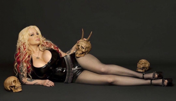 Модель Playboy ляжет под нож в 53-й раз, чтобы обладать самой большой задницей в мире