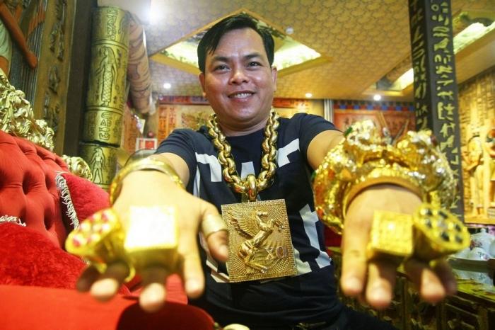 «На удачу»: вьетнамец носит на себе 13 кг золота под присмотром пяти телохранителей