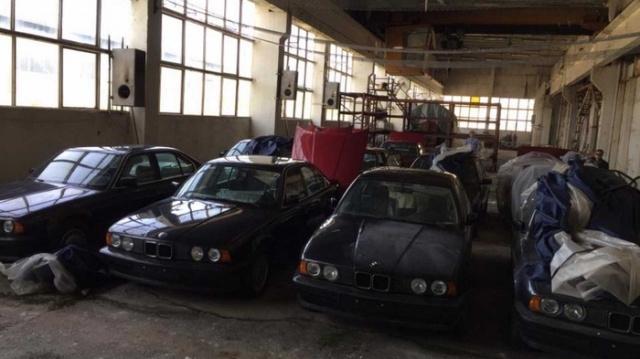 Заброшенный склад с новыми автомобилями BMW 5 серии 1994 года