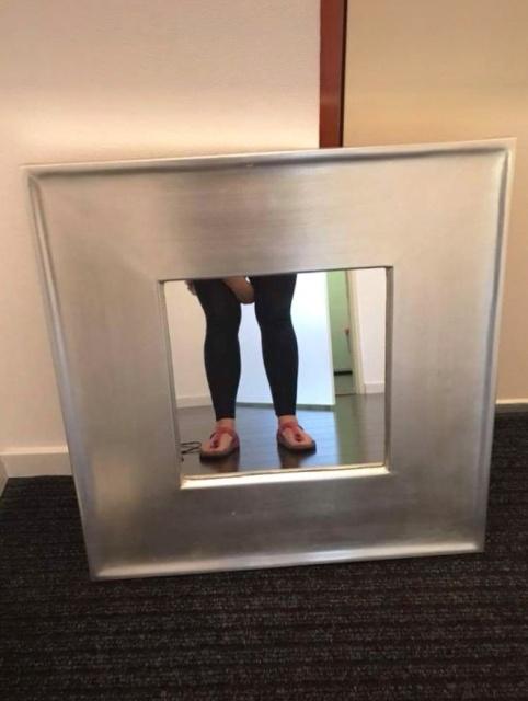 Люди продают зеркала