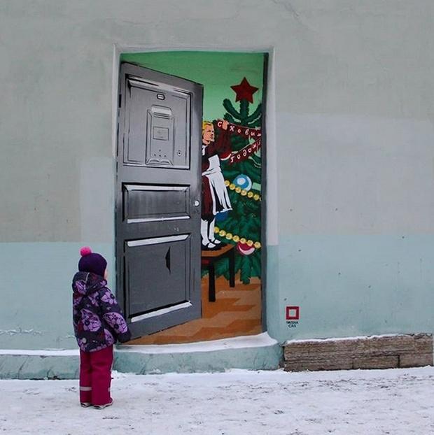 Коммунальщики закрасили новогодний стрит-арт в Санкт-Петербурге