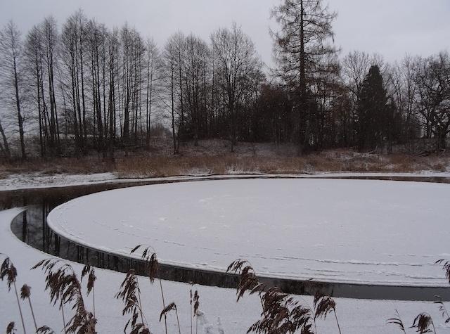 Идеально ровный крутящийся ледяной диск на реке Вигала в Эстонии