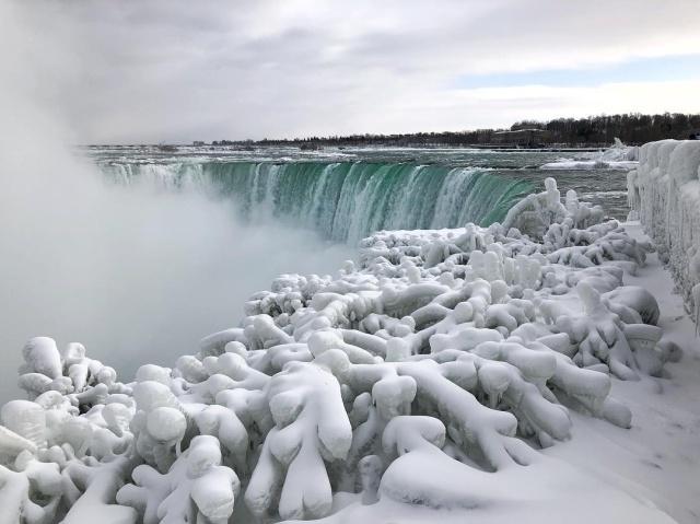 Из-за сильных морозов в США частично замерз Ниагарский водопад