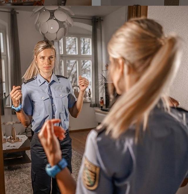Самую привлекательную сотрудницу полиции Германии Адрианну Колесзар бросил ее возлюбленный