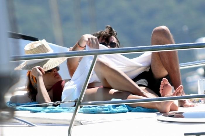 Алессандра Амбросио на отдыхе с друзьями