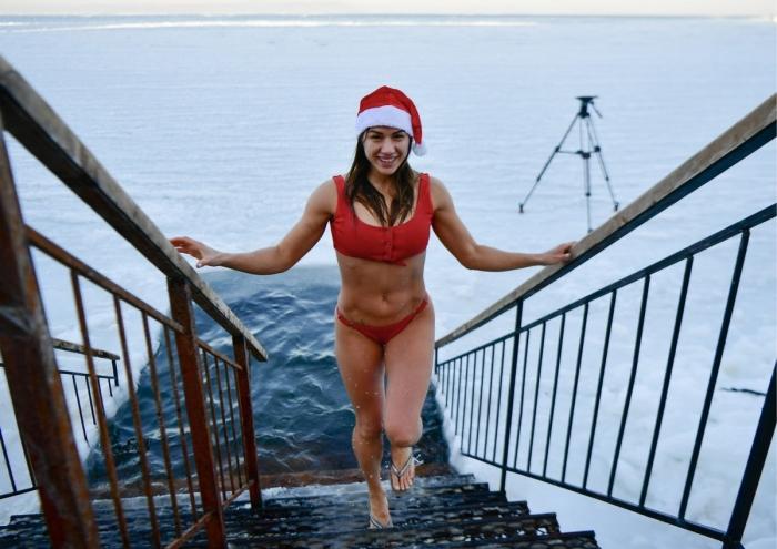 Суровые жители Владивостока попрощались со старым годом купанием в проруби