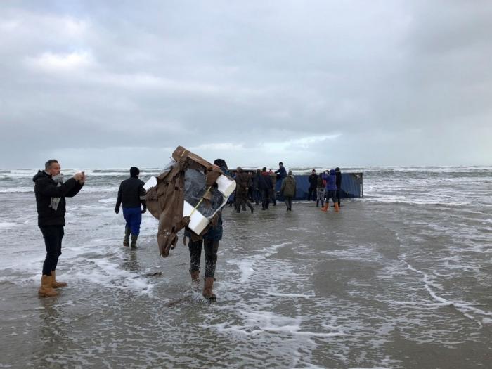 Контейнеры с телевизорами, мебелью и автозапчастями вынесло на берег в Нидерландах