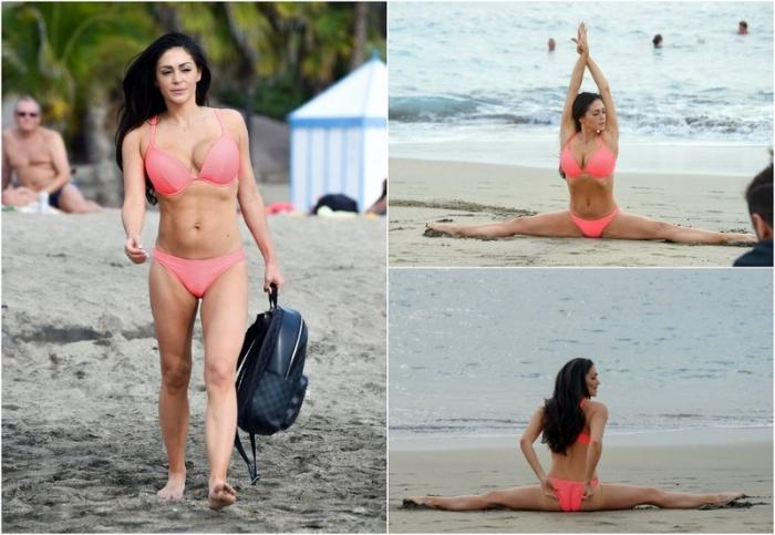 Кейси Батчелор в бикини на пляже