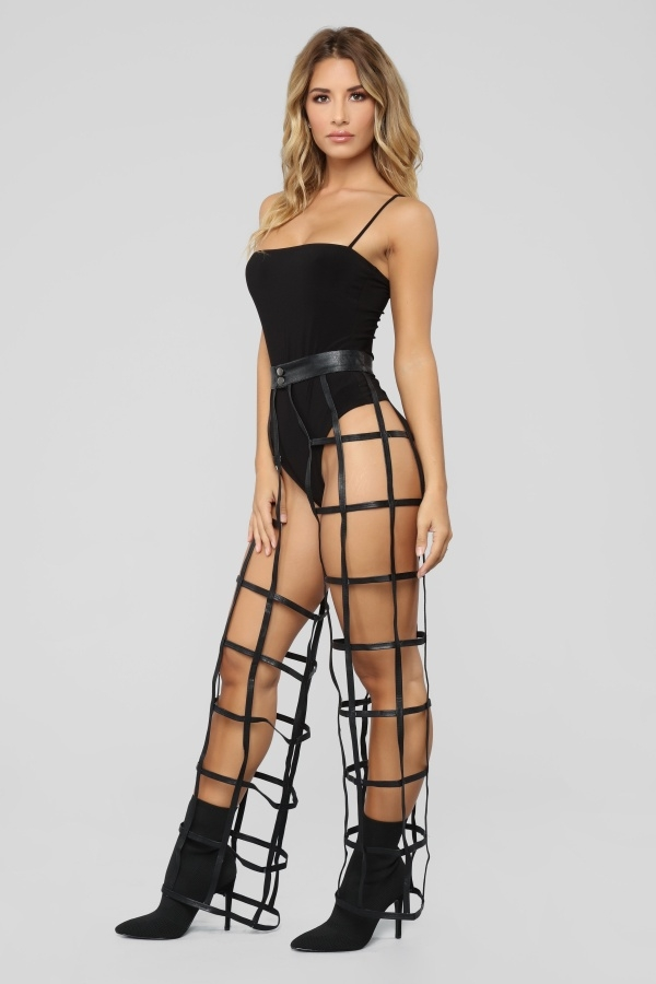 Люди высмеяли новые дизайнерские брюки в сетку